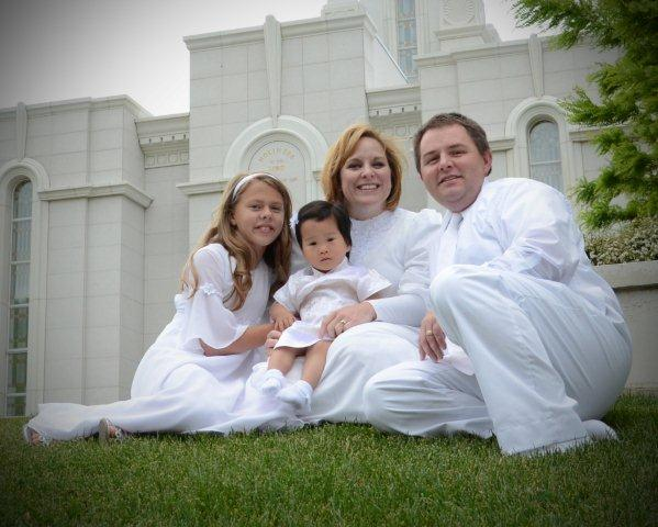Picture of Hirschis with EmmaLi in front of LDS temple